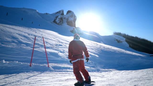 snowboarder auf skipiste - weihnachtsmann stock-videos und b-roll-filmmaterial