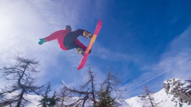 snowboarder durch einen trick - wintersport stock-videos und b-roll-filmmaterial