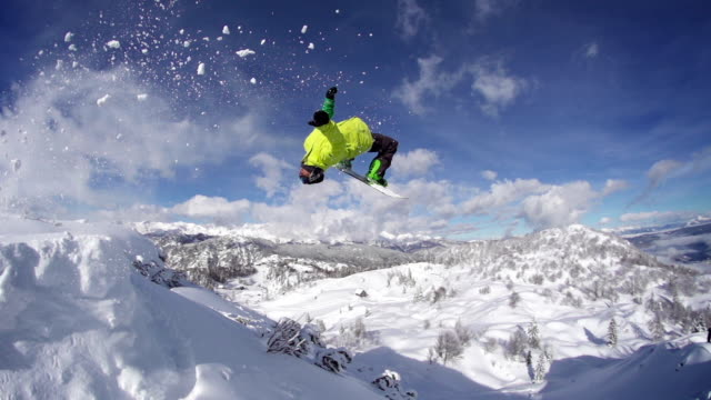 snowboarder salti fare le capriole all'indietro - snowboard video stock e b–roll