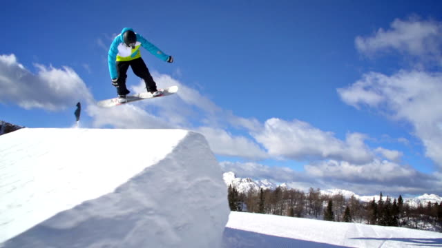 snowboarder esegue un trucco - snowboard video stock e b–roll