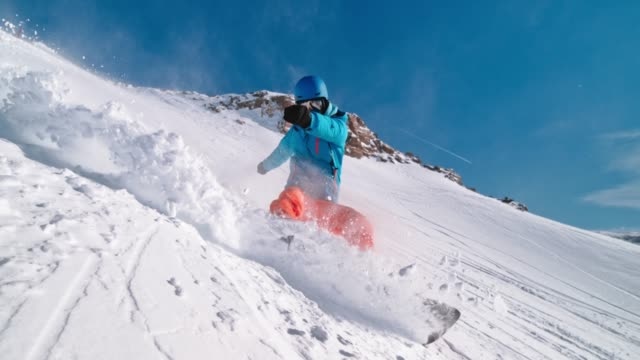 speed ramp snowboarder riding through powder and causing a splash - snowboard video stock e b–roll