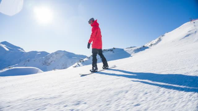 snowboarder rauschen durch die skipiste - snowboardfahren stock-videos und b-roll-filmmaterial