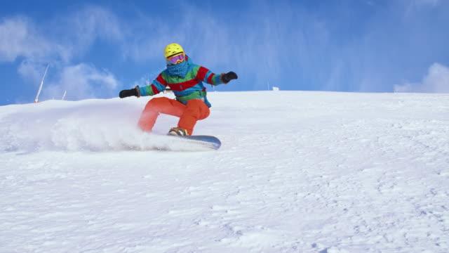 vídeos y material grabado en eventos de stock de mo snowboarder nieve de san luis obispo de aspersión a la cámara - ocio