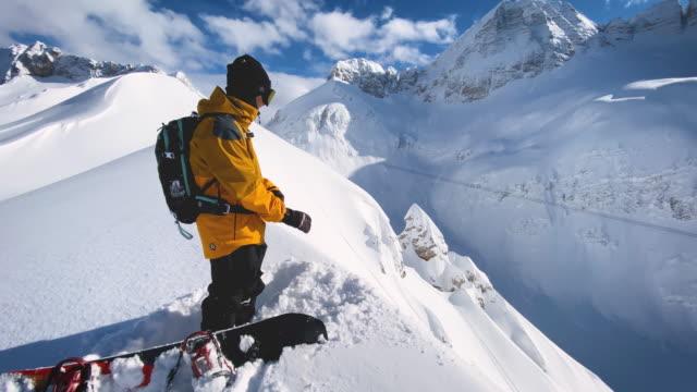 snowboarder in cima alla montagna, pronto per scendere - guanto indumento sportivo protettivo video stock e b–roll