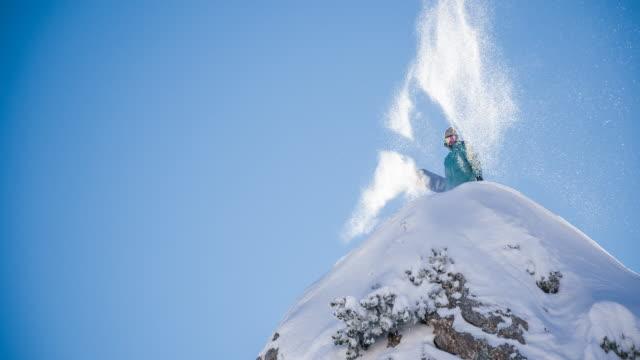 vídeos de stock, filmes e b-roll de snowboarder em pé no topo de montanhas cobertas de neve - snow cornice