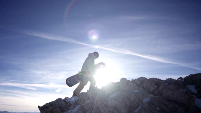 Snowboarder Camminare fino alla montagna Super Rallentatore