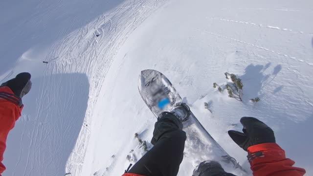snowboarder sicht, springen, landen auf neuschnee - snowboardfahren stock-videos und b-roll-filmmaterial