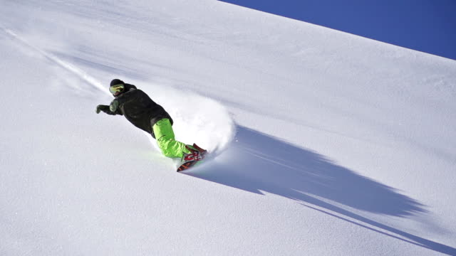 vídeos de stock, filmes e b-roll de snowboarding neve fresca vire - neve seca e solta