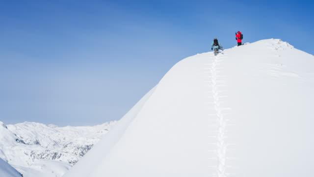 snowboard freunde verschneite winterlandschaft zu erkunden - snowboardfahren stock-videos und b-roll-filmmaterial