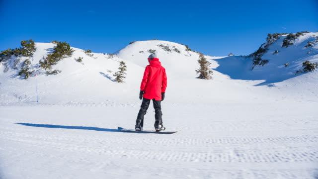 stockvideo's en b-roll-footage met snowboarden op een zonnige winterdag - skivakantie