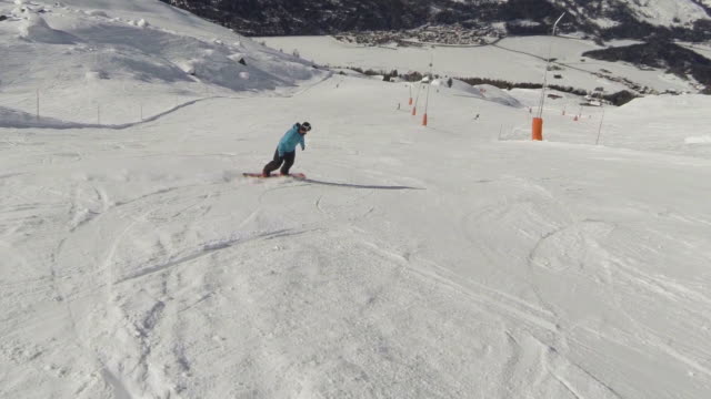 snowboarding on the slopes of corvatsch - snowboardfahren stock-videos und b-roll-filmmaterial