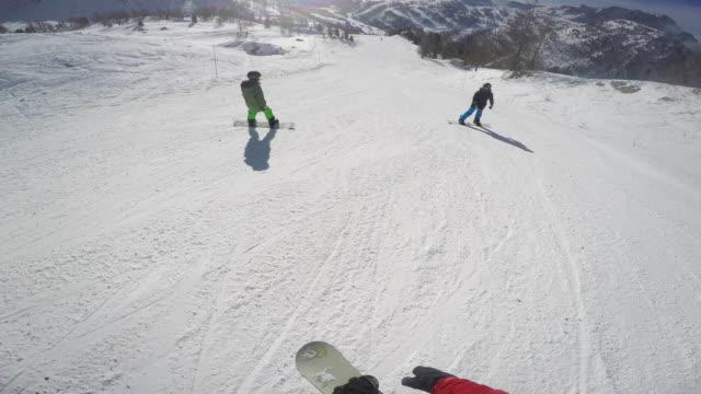 vídeos de stock, filmes e b-roll de snowboarding pov - três pessoas