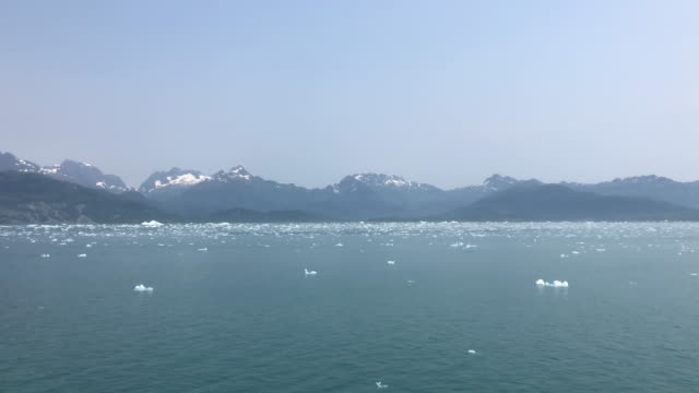 vídeos de stock e filmes b-roll de snowcapped mountain and icebergs floating in alaska, usa - gelo picado
