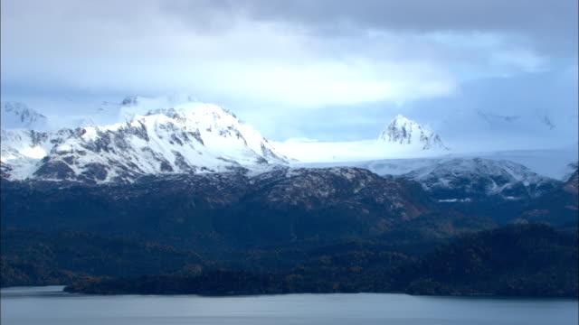 vídeos de stock e filmes b-roll de snow-capped mountains are seen in lake clark national park. - alasca