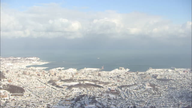 snowcovered downtown otaru, hokkaido, japan - panoramica verso il basso video stock e b–roll