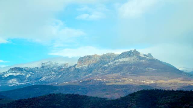 coperta di neve montagna demerji, tempo giri - area selvatica video stock e b–roll