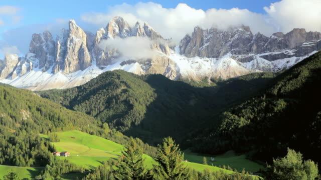 vídeos de stock, filmes e b-roll de ws snow-covered mountain peaks above alpine meadows / italy - peter snow