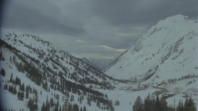 vídeos y material grabado en eventos de stock de snow-covered mountains, pan r-l (alta, utah, cba) - nevosa