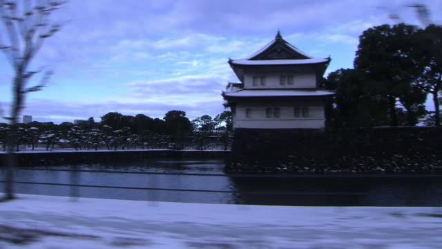 vídeos de stock e filmes b-roll de snow-covered outer garden of imperial palace, tokyo - vala