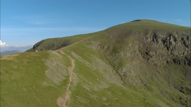 low aerial, snowdon mountain, snowdonia national park, wales - なだらかな起伏のある地形点の映像素材/bロール