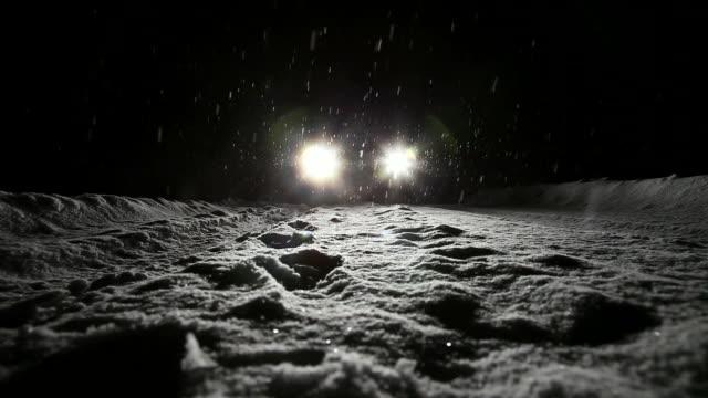 vídeos y material grabado en eventos de stock de nevadas - faro luz de vehículo