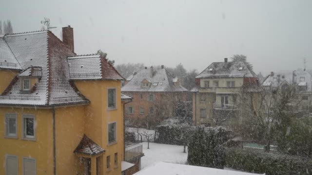 vídeos de stock e filmes b-roll de snowflakes falling down to the roofs - estrasburgo