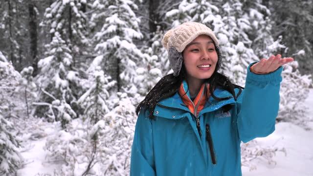 vídeos y material grabado en eventos de stock de copos de nieve cayendo sobre las manos de las mujeres - abrigo de invierno