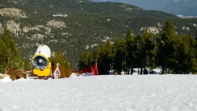 Sneeuw-gun op een skihelling.