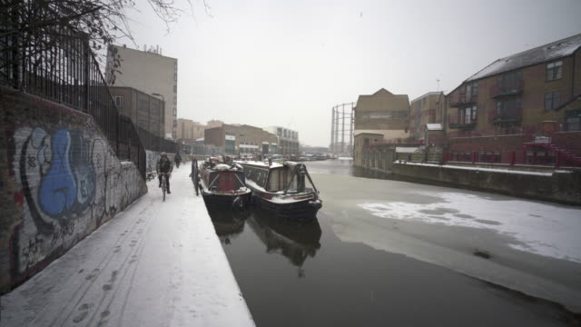snowing in london on the regent's canal - barge stock videos & royalty-free footage