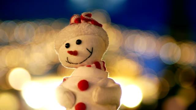 snowman in the city, christmas, night, christmas lights - mercato all'aperto video stock e b–roll