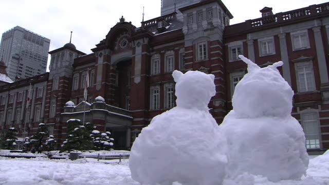 snowmen in front of tokyo station - schneemann stock-videos und b-roll-filmmaterial