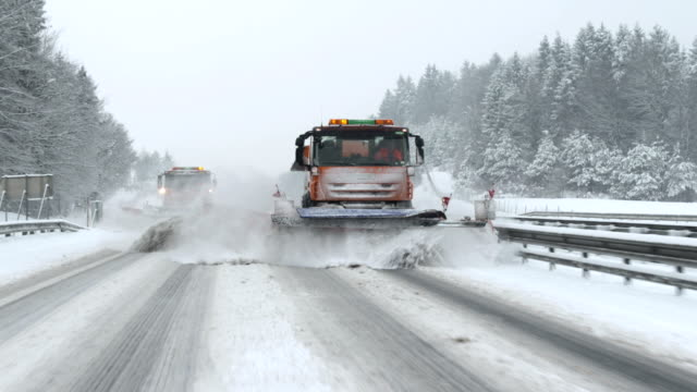 stockvideo's en b-roll-footage met snowplows cleaning the highway - sneeuwstorm