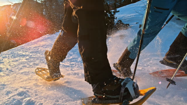 vídeos de stock e filmes b-roll de slo mo ts andar de raquetas de neve em execução no topo da montanha - bastão de caminhada
