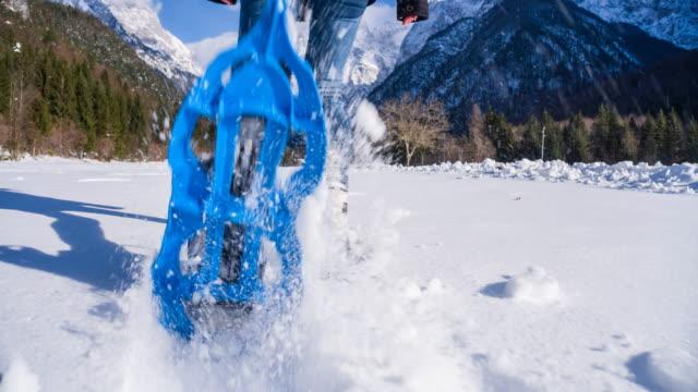 schneeschuhwandern bei neuschnee - wintersport stock-videos und b-roll-filmmaterial