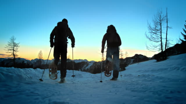 vidéos et rushes de slo missouri ts de la marche en raquettes au sommet de la montagne au coucher du soleil - randonnée en montagne