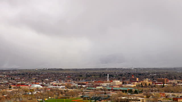 stockvideo's en b-roll-footage met snowsquall over casper, wyoming - wyoming