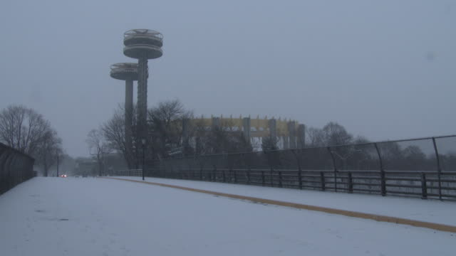 vídeos de stock, filmes e b-roll de nyc snowstorm - flushing meadows park, heavy snow falling - flushing meadows corona park