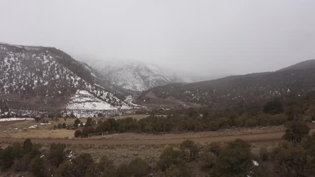 vídeos y material grabado en eventos de stock de tormenta de nieve rodando en over mountains en colorado wilderness - pinar