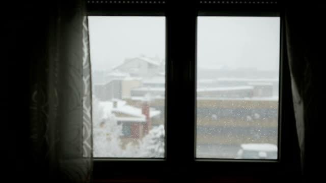 vídeos de stock, filmes e b-roll de tempestade de neve vista pela janela - armação de janela