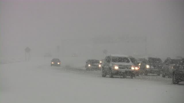 吹雪ます。冬のます。車で滑りやすい路面の道路です。降って、雪の結晶を持っています。