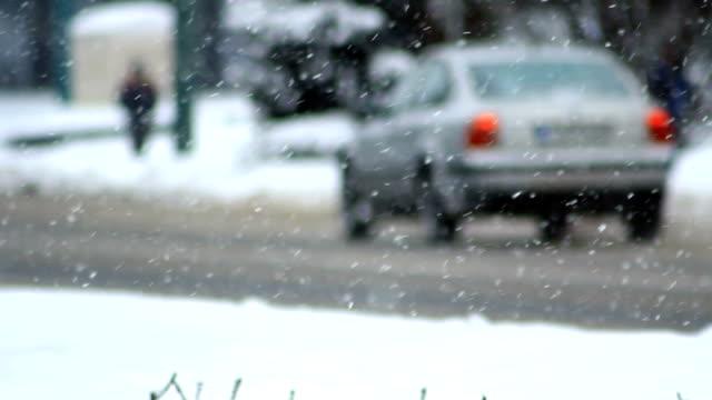 vidéos et rushes de tempête de neige. hiver circulation. voitures sur la route glissante. neige, de flocons de neige. - boîte de film