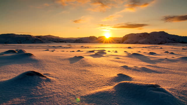 stockvideo's en b-roll-footage met snowy arctic tundra at sunset. timelapse. - arctis