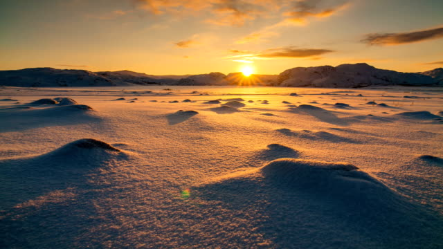 stockvideo's en b-roll-footage met snowy arctic tundra at sunset. timelapse - arctis