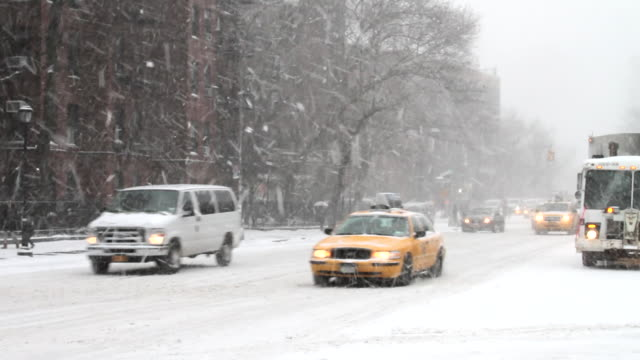 vidéos et rushes de a snowy blizzard new york city traffic scene.  - neiger
