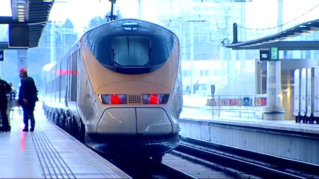 travel disruption england london st pancras international people along platform eurostar train departing platform - eurostar stock-videos und b-roll-filmmaterial