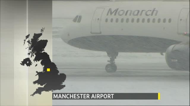 vidéos et rushes de travel disruption england manchester airport monarch plane taxiing on runway as snow falls - piste d'envol