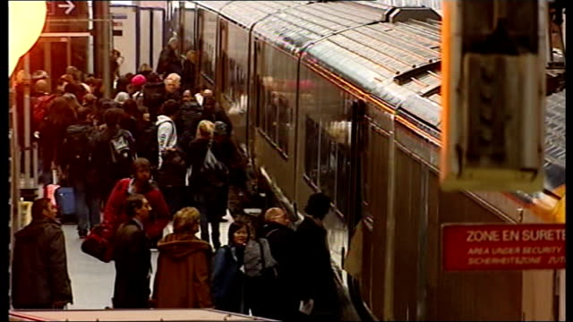 travel disruption; france: paris: gare du nord station: int passengers along platform travellers boarding train high angle view of station concourse... - bahnreisender stock-videos und b-roll-filmmaterial