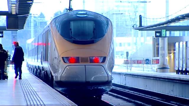 travel disruption london st pancras international eurostar train departing platform - eurostar stock-videos und b-roll-filmmaterial