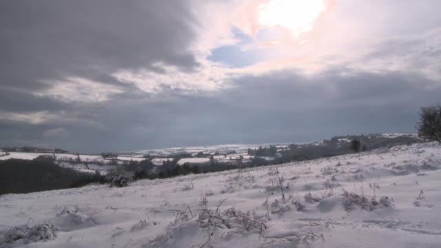 snowy hill, dartmoor uk - hill点の映像素材/bロール