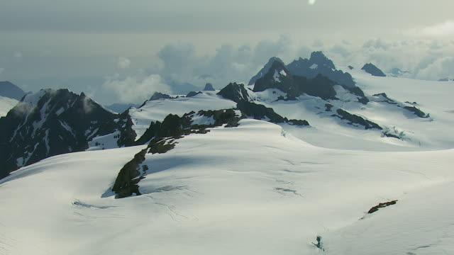 vídeos de stock e filmes b-roll de snowy kenai mountain peaks in alaska - clima polar